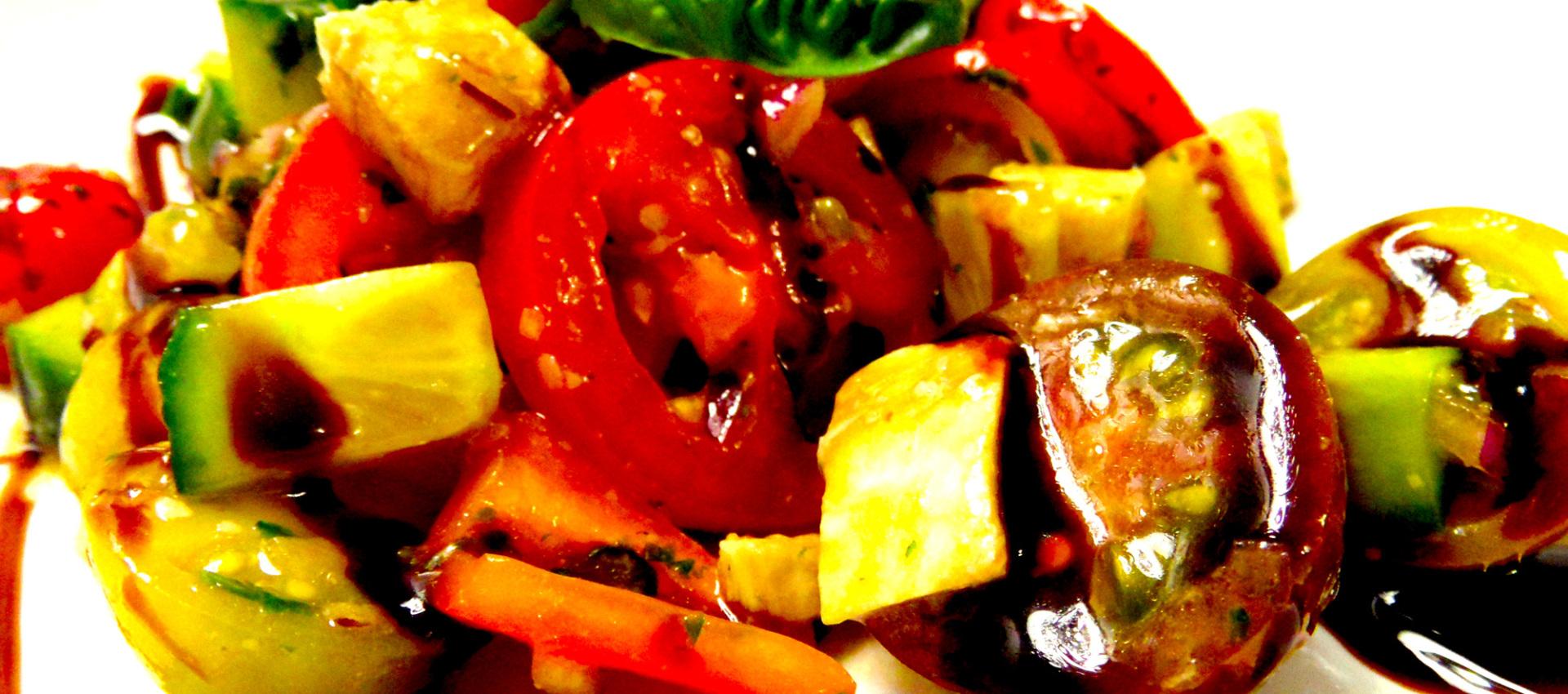 Rezept frischer Tomatensalat mit Basilikum-Dressing - Kochbock.de