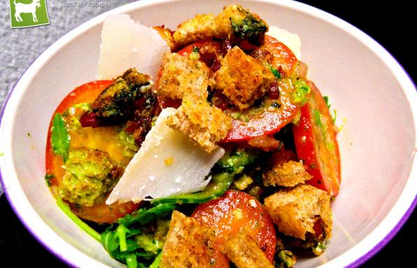 Rezept Tomatensalat mit Rucola-Dressing & selbstgemachten Croutons - Kochbock.de