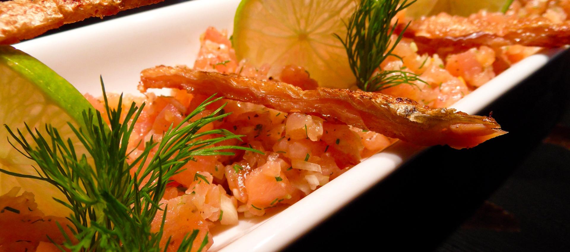 Rezept Lachs Tatar mit Limetten & gebratener Lachshaut - Kochbock.de
