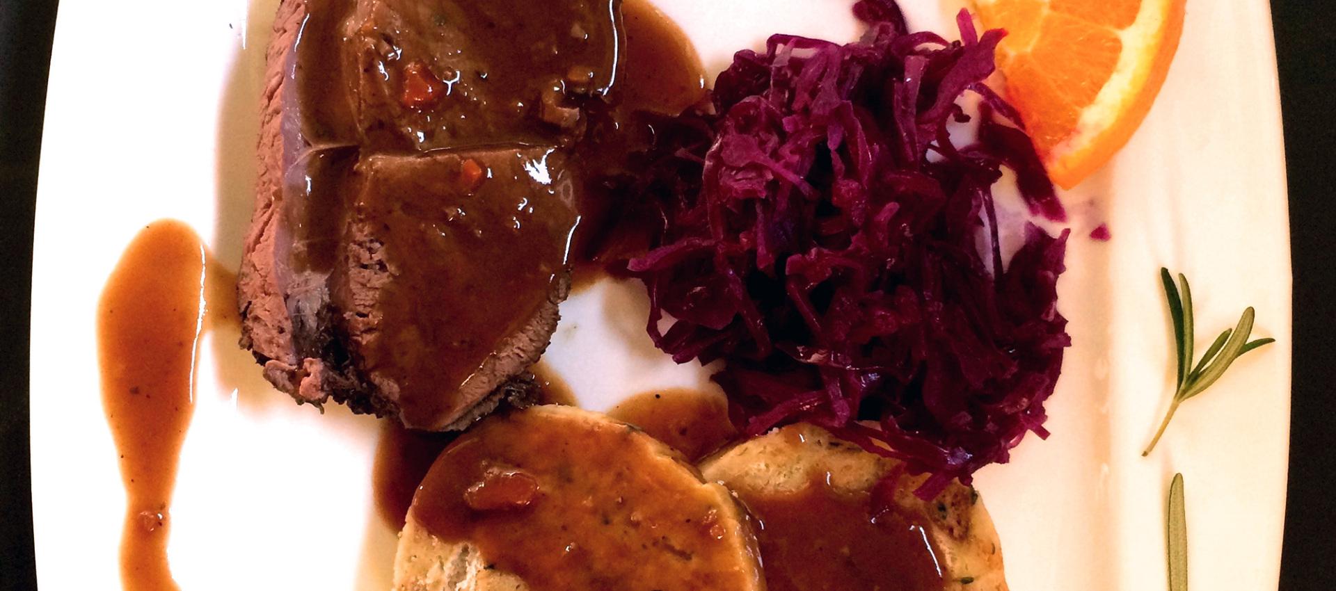Rezept Rentier Braten mit Serviettenknödeln und Blauchkraut - Kochbock.de