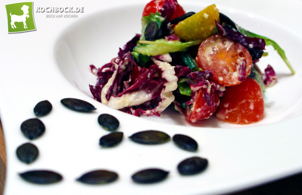 Rezept bunter Salat mit Kürbiskernen & Parmesandressing - KochBock.de