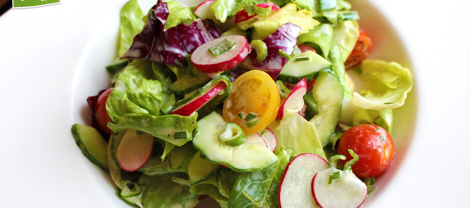 Rezept bunter Frühlingssalat mit Radiesschen & selbstgemachten Joghurt Dressing - KochBock.de