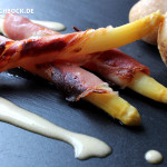 Rezept leckerer weißer Spargel im Speckmantel mit Sauce Hollandaise von KochBock.de