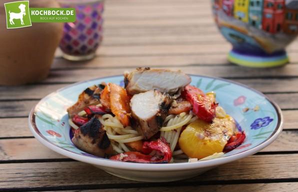 Rezept für Pasta mit gegrilltem Gemüse & Hähnchenbrust von KochBock.de