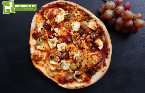 Rezept Pizza mit Trauben & Mandeln mit Schafskäse von KochBock.de