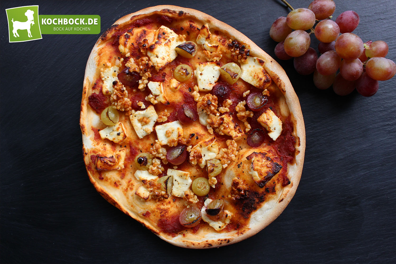 Pizza mit Weintrauben & Schafskäse | Kochbock.de