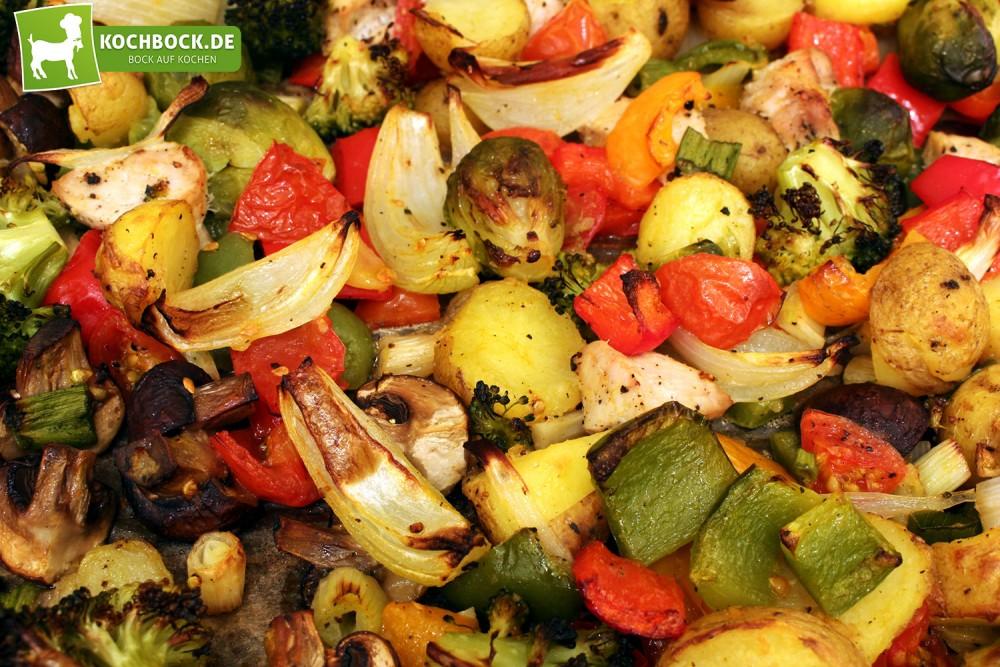 Rezept Ofengemüse mit Hähnchen von KochBock.de