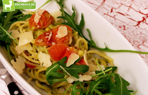 Rezept für Pasta mit Avocadosauce auf Rucola & Kirschtomaten von KochBock.de