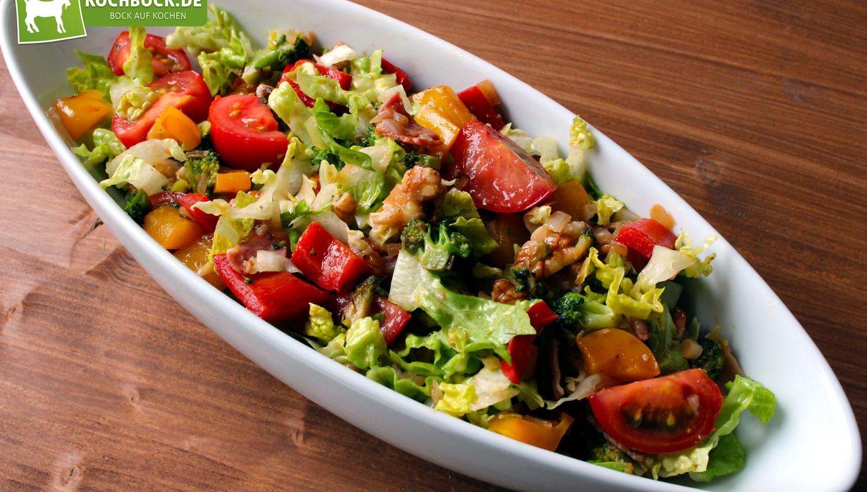 Rezept für herzhaften Salat mit Bacon & Broccoli von KochBock.de