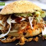 Rezept für einen Burger Pulled Chicken mit Krautsalat & selbstgemachten Buns bei KochBock.de