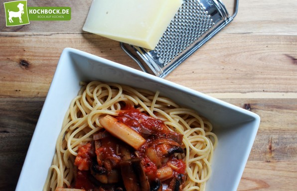 Vegane Tomatensauce mit Spargel & Pilzen von KochBock.de