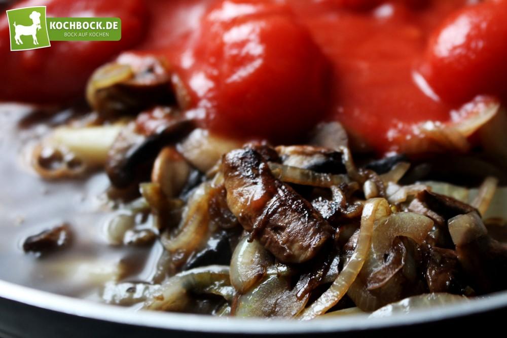 Zutaten für vegane Tomatensauce mit Spargel & Pilzen von KochBock.de