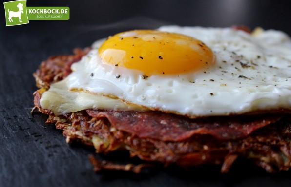 Rösti mit Salami, Käse & Spiegelei überbacken von KochBock.de