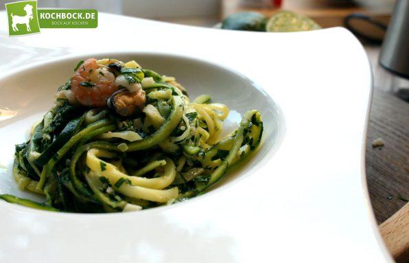 Rezept für Zucchini Spaghetti mit Meeresfrüchten von KochBock.de