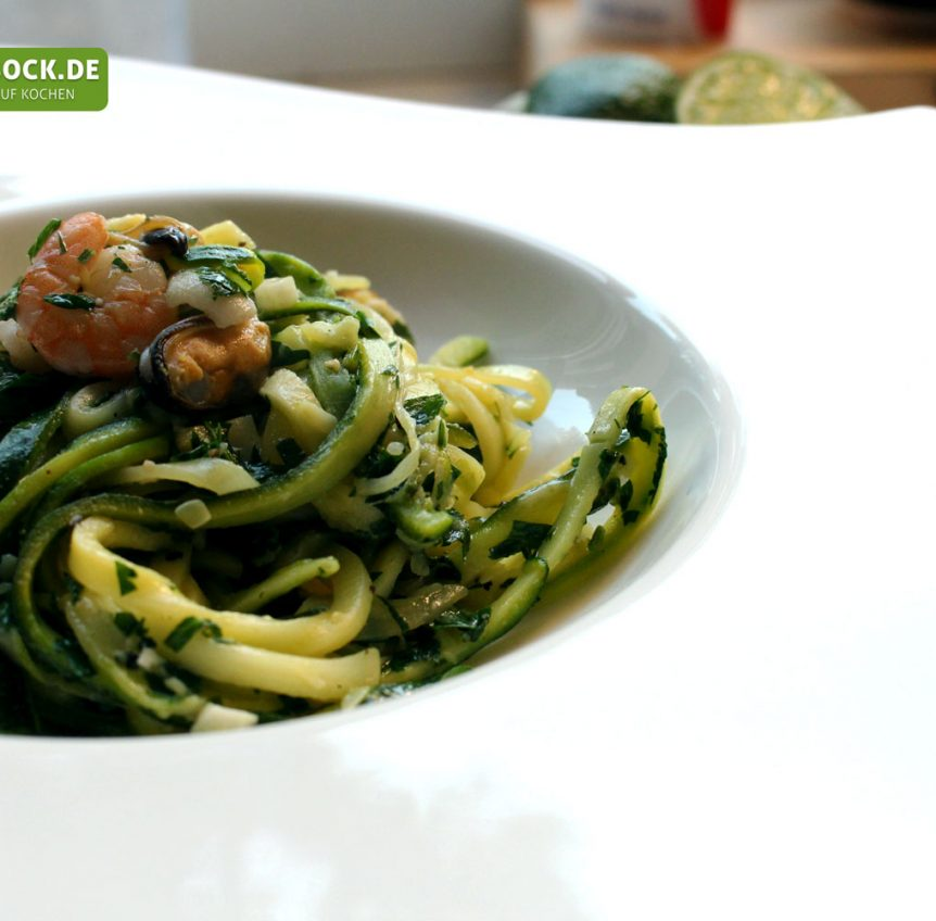 zucchini spaghetti mit meeresfr chten. Black Bedroom Furniture Sets. Home Design Ideas
