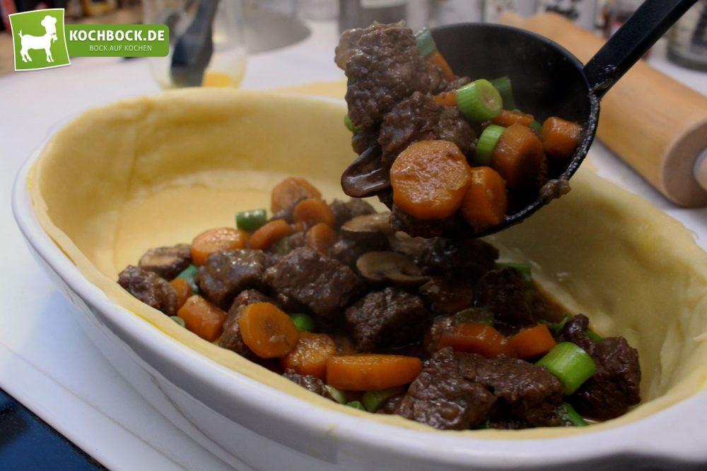 Rezept für Englischer Rinder-Pie von KochBock.de - Füllen