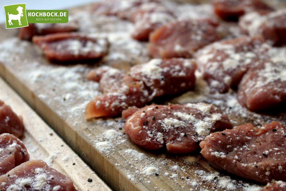 Rezept für Schweinefilet in Paprikasoße von KochBock.de - Fleisch mehlieren